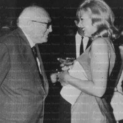 Pietro Nenni conversa con Sandra Milo