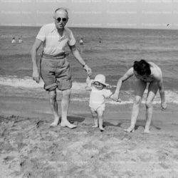Pietro Nenni sulle spiagge francesi con la figlia Vany e la nipote Danielè